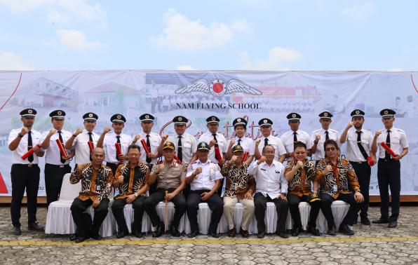 Foto Kadishub Babel, Tajuddin  Bersama Pimpinan dan Siswa Lulusan Nam Flying School